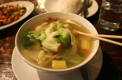 Tom Yam - Thai soup hot & sour with herbs and lime juice (Foto: Cookmunity)