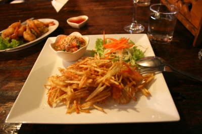 Crispy Green Papaya Salad - crispy green papaya strips in light batter, mixed with a tangy peanut sauce (Foto: Cookmunity)