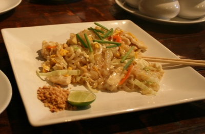 Pad Thai - a Thai famous dish, stir-fried rice noodles with egg, tofu, carrots, bean sprout, cabbage and topped with spring onions (Foto: Cookmunity)